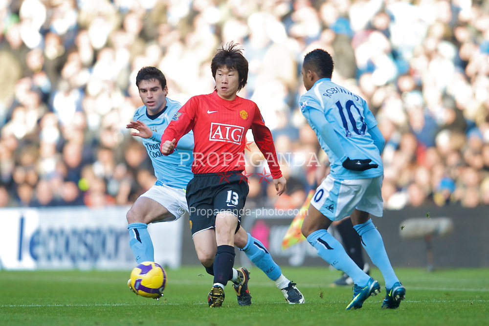 MANCHESTER, ENGLAND - Sunday, November 30, 2008: Manchester United's Ji-Sung Park in action against Manchester City during the Premiership match at the City of Manchester Stadium. (Photo by David Rawcliffe/Propaganda)