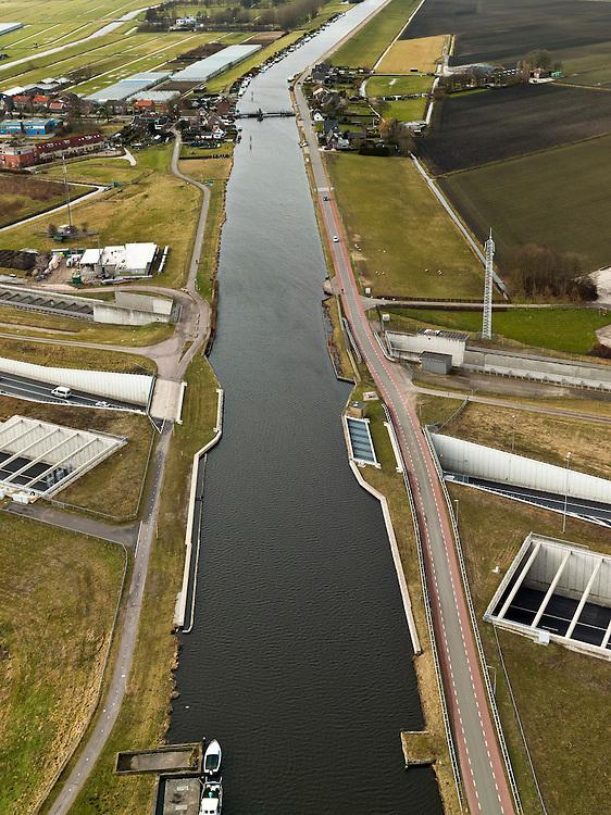 Nederland, Noord-Holland, Ringvaart Haarlemmermeer, 20-02-2012; drie parallel gelegen aquaducten onder de ringvaart van de Haarlemmermeer. Een aquaduct voor de hogesnelheidslijn HSL-Zuid, twee voor snelweg A4 - in het midden het historische (oude) aquaduct van de A4. .Three parallel aqueducts crossing the canal of Haarlemmermeer. Aqueduct for the high speed line HSL and aqueduct of motorway A4, the historic (old) aqueducts in the middle of .luchtfoto (toeslag), aerial photo (additional fee required).copyright foto/photo Siebe Swart
