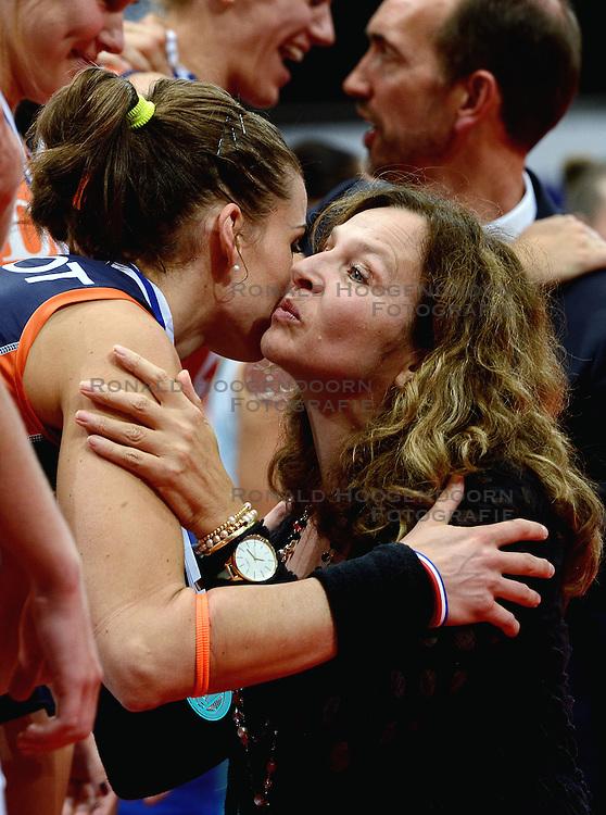 04-10-2015 NED: Volleyball European Championship Final Nederland - Rusland, Rotterdam<br /> Nederland verliest kansloos met 3-0 van het sterke Rusland / Myrthe Schoot #9, Minister Edith Schippers