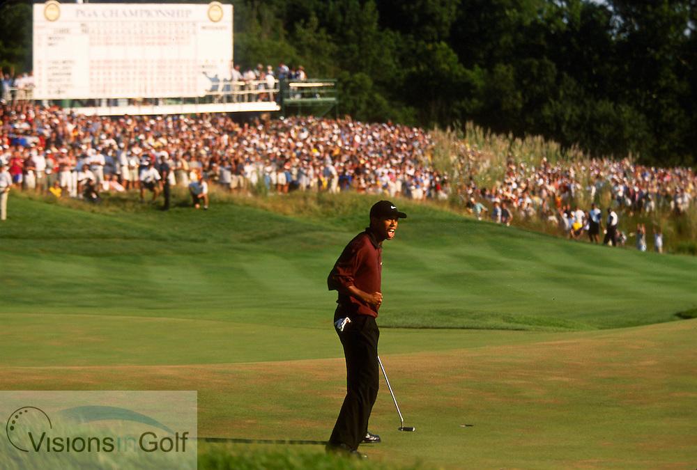 Tiger Woods birdies #18 in regulation.<br />USPGA VALHALLA G.C., LOUISVILLE, KENTUCKY USA THE US PGA CHAMPIONSHIP 2000 USA <br />Photo: Michael C. Cohen