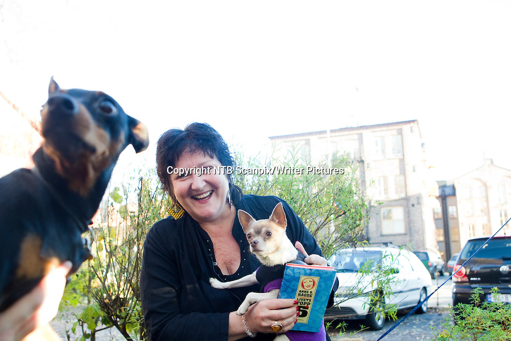 Oslo  20101104. Anne B. Ragde har skrevet boka kalt &quot;Livets topp 5&quot; , til inntekt for Redd Barna. Her under lanseringen torsdag. <br /> Foto: Berit Roald / Scanpix .<br /> <br /> NTB Scanpix/Writer Pictures<br /> <br /> WORLD RIGHTS, DIRECT SALES ONLY, NO AGENCY
