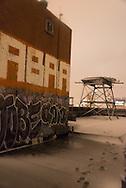 New York. Brooklyn rooftops, and old painted buiding  .  United states  / les toits de Brooklyn peint par des artistes, vue panoramique sur Manhattan depuis les atteliers d'artistes de DUMBO sous les ponts de Manhattan et de Brooklyn  Brooklyn New York - Etats-unis