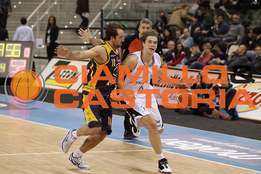 DESCRIZIONE : Torino Coppa Italia Final Eight 2011 Quarti di Finale Fabi Shoes Montegranaro Canadian Solar Virtus Bologna<br /> GIOCATORE : Petteri Koponen<br /> SQUADRA : Canadian Solar Virtus Bologna<br /> EVENTO : Agos Ducato Basket Coppa Italia Final Eight 2011<br /> GARA : Fabi Shoes Montegranaro Canadian Solar Virtus Bologna<br /> DATA : 10/02/2011<br /> CATEGORIA : palleggio<br /> SPORT : Pallacanestro<br /> AUTORE : Agenzia Ciamillo-Castoria/C.De Massis<br /> Galleria : Final Eight Coppa Italia 2011<br /> Fotonotizia : Torino Coppa Italia Final Eight 2011 Quarti di Finale Fabi Shoes Montegranaro Canadian Solar Virtus Bologna<br /> Predefinita :