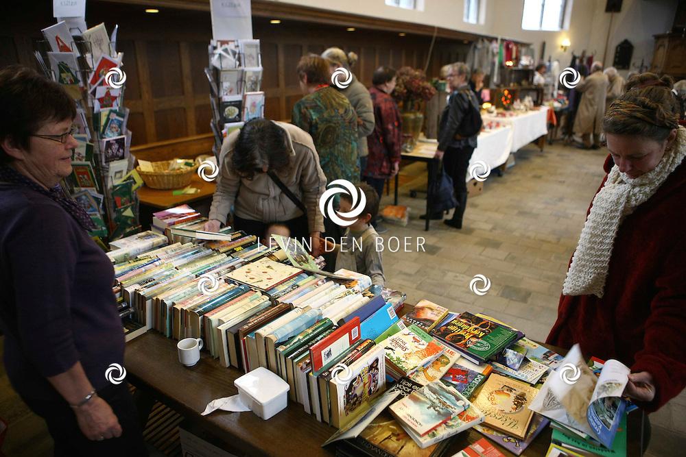 HEEREWAARDEN - In de hervormde kerk aan de Hogestraat was weer een Wintermarkt voor het goede doel georganiseerd. FOTO LEVIN DEN BOER / PERSFOTO.NU