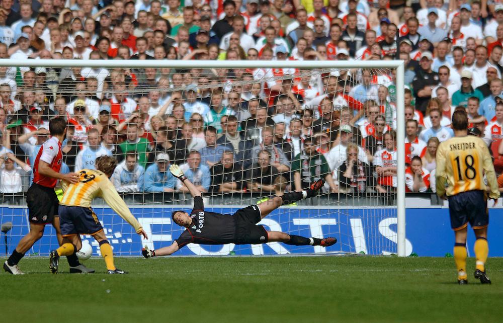 17-04-2005 VOETBAL: FEYENOORD-AJAX: ROTTERDAM<br /> <br /> In een fletse klassieker zat het venijn hem in de staart. Ajax was in de slotfase gelukkiger dan Feyenoord en won met 2-3 / <br /> <br /> &copy;2005-WWW.FOTOHOOGENDOORN.NL