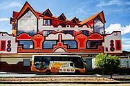 Salón Windsor, consta de un restaurante, un salón de baile, un taller de reparación de coches y la vivienda de los propietarios.
