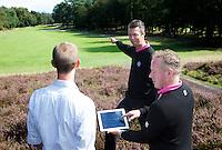 ARNHEM - De golfpro's van de Rosendaelsche GC. John Boerdonk en Menno Pelk . Overleg met de club. COPYRIGHT KOEN SUYK