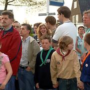 NLD/Huizen/20060504 - Dodenherdenking 2006 Huizen, burgemeester Frans Willem van Gils gemeente Huizen, jeugdig publiek