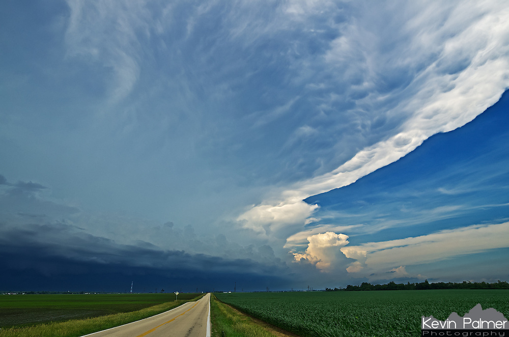 A severe thunderstorm approaches over a corn field near Morton, Illinois. A shelf cloud can be seen on the lower left and the anvil extends to the top right.<br />