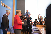 DEU, Deutschland, Germany, Berlin, 20.07.2018: Sommerpressekonferenz von Bundeskanzlerin Dr. Angela Merkel (CDU) in der Bundespressekonferenz zu aktuellen Themen der Innen- und Aussenpolitik. Hier mit Dr. Gregor Mayntz (L), Vorsitzender der Bundespressekonferenz.