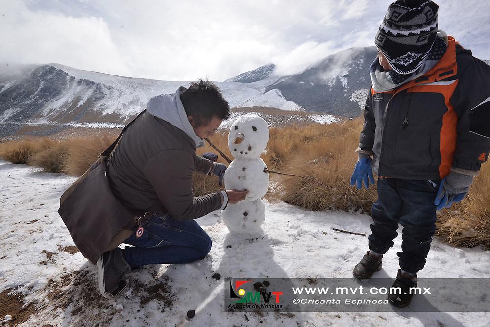 ZINACANTEPEC, MÈxico.- (Enero 25, 2018).- Turistas de diversos municipios del Estado de MÈxico, y de entidades vecinas como la Ciudad de MÈxico, QuerÈtaro y Michoac·n, arribaron este jueves a la parte alta del volc·n XinantÈcatl, para disfrutar del paisaje y ambiente invernal que dejÛ la segunda nevada del aÒo. Agencia MVT / Crisanta Espinosa.
