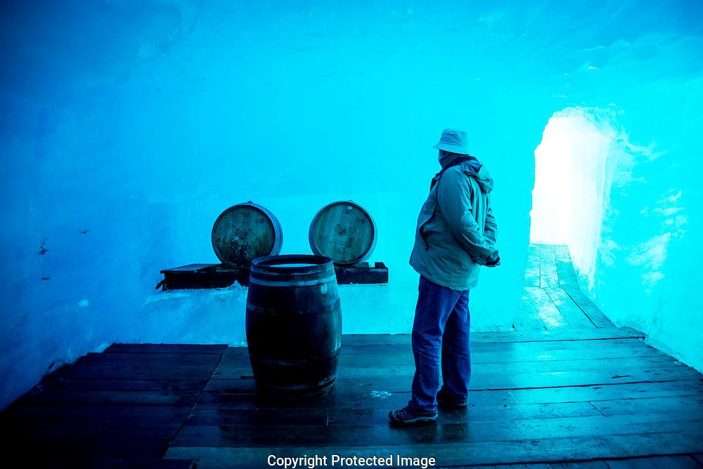 Des personnes visitent la grotte du glacier du Rhone amenage dans la glace le mercredi 27 juin 2013, le glacier est protege par des baches afin de diminuer la fonte des glaces. Depuis 1870, on le perce la grotte chaque annee dans le glacier du Rhone a proximit&eacute; du col de la Furka.<br /> (Olivier Maire)