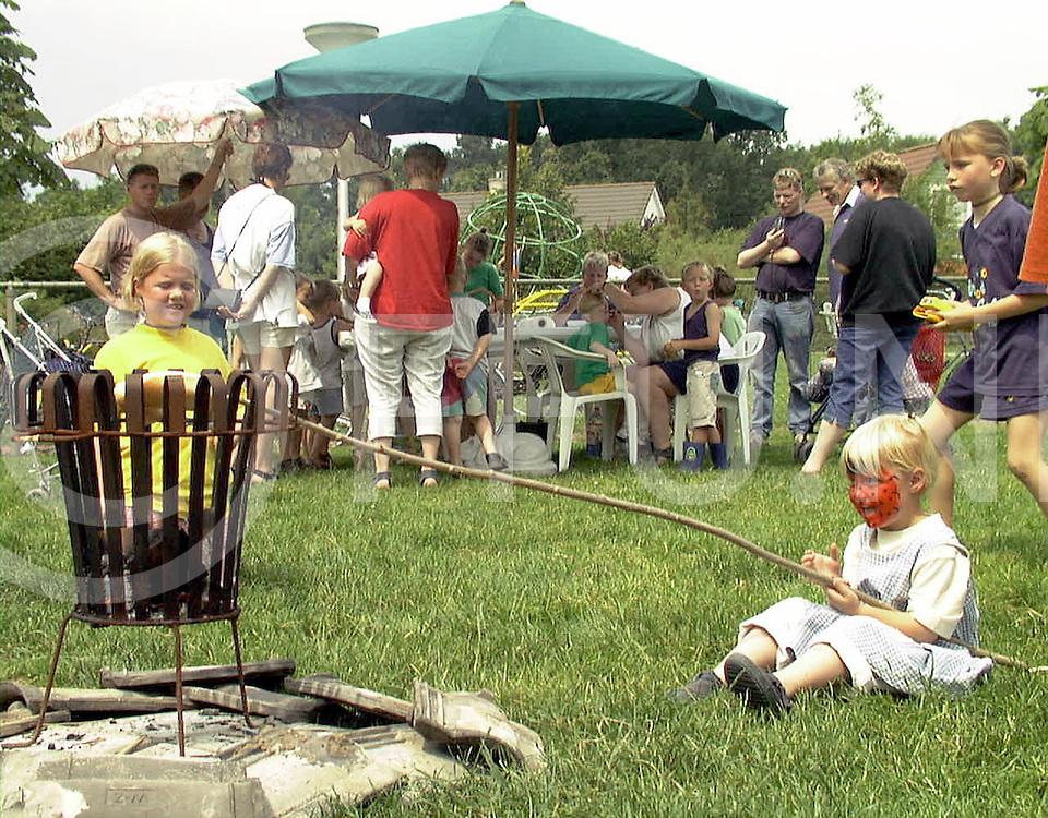 Fotografie Uijlenbroek©1999/Frank Uijlenbroek.9902703 wijhe ned.fu990703.01.sa2.kijk en doe dag kinderboerderij.zelfstokbrood bakken