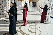 Abu Dhabi, United Arab Emirates (UAE), December 21, 2017. Tourists captivated by the Sheikh Zayed Mosque located in the capital city of United Arab Emirates, Abu Dhabi.Abu Dhabi, Emirats Arabes Unis (EAU), 21 décembre 2017. Des touristes captivés par la mosquée Cheikh Zayed située dans la capitale des Emirats Arabes Unis, Abu Dhabi.