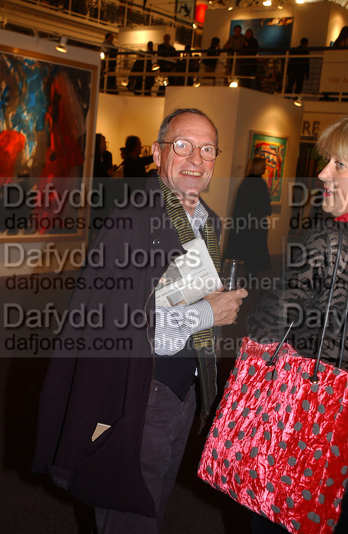Nigel Greenwood. Art 2003 London Art Fair opening. Business Design Centre.  14 January 2003. © Copyright Photograph by Dafydd Jones 66 Stockwell Park Rd. London SW9 0DA Tel 020 7733 0108 www.dafjones.com