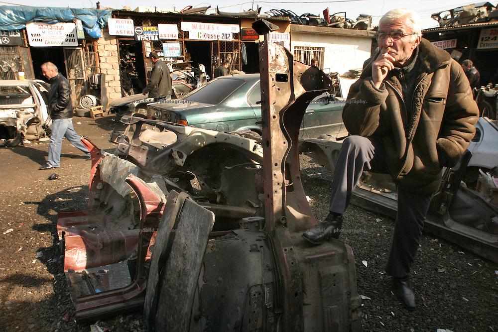 Auf dem Eliawabasar in Tiflis verkaufen die Händler Einzelteile aus dem Schrott alter Autos. (At the Eliawa Market selling dealer parts of old damaged cars.)