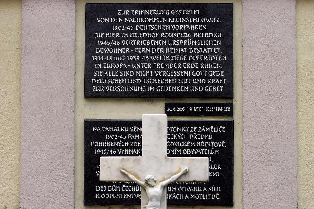 Semnevice (Kleinsemlowitz)/Tschechische Republik, CZE, 13.12.06: Gedenktafel zwischen Sudetendeutschen Gr&auml;bern auf dem &ouml;rtlichen Friedhof des Dorfes Semnevice in der N&auml;he der Stadt Domazlice.<br /> <br /> Semnevice (Kleinsemlowitz)/Czech Republic, CZE, 13.12.06: Memorial plaque inbetween Sudeten German graves at the cemetary of the village Semnevice close to the city Domazlice.