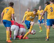 FODBOLD: Mads Nordby Rasmussen (Ølstykke FC) har sat to Helsinge-spillere under kampen i Serie 1 mellem Helsinge Fodbold og Ølstykke FC den 14. april 2018 på Helsinge Stadion. Foto: Claus Birch.