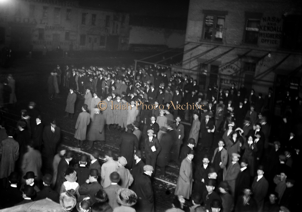 Crowd awaiting TITANIC survivors Creator(s): Bain News Service, publisher Date Created/Published: [1912 April] (date created or published later by Bain) Medium: 1 negative : glass ; 5 x 7 in. or smaller. Summary: Photo related to the disaster of the RMS TITANIC, which struck an iceberg in April 1912 and sank, killing more than 1,500 people.