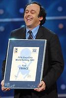 Fotball: 17.12.2001 Zürich, Schweiz,<br />Frankreichs Michel Platini mit der Auszeichnung für die den ersten Platz Frankreichs in der FIFA-Ranglangliste am Montag (17.12.2001) bei der FIFA-World Player Gala in Zürich. <br /><br />Foto: ANDY MüLLER, Digitalsport