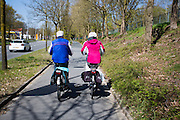 In Ede rijdt een ouder echtpaar op de elektrische fiets.<br /> <br /> In Ede an older couple is cycling on an e-bike.