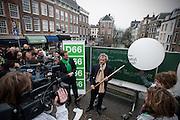 Door de luchtballonnen van het kabinet Rutte-Verhagen door te prikken geven D'66 voormannen Alexander Pechtold en Roger van Boxtel op de Vismarkt in Utrecht het startsein voor de campagne van de provinciale verkiezingen.<br /> <br /> By punching a balloon D'66 leaders Alexander Pechtold (right-hand side) and Roger van Boxtel staring the campaign for the Democrats for the next elections.