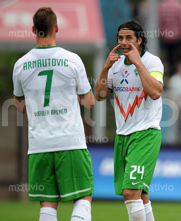 FUSSBALL   1. BUNDESLIGA   SAISON 2011/2012   TESTSPIEL FC St. Pauli Hamburg  - SV Werder Bremen          16.08.2011 Marko ARNAUTOVIC (li) und Claudio PIZARRO diskutieren