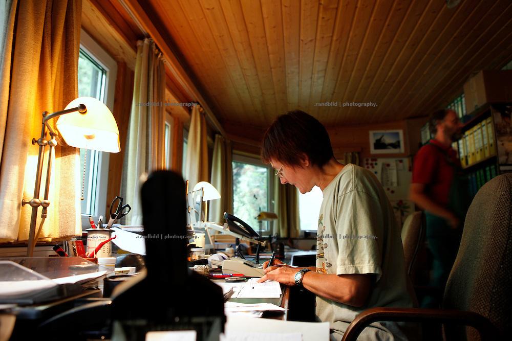 Geschäftführerin Uta Kaltenbach erledigt Büroarbeit auf dem Gärtnerhof Bienenbüttel.