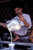 Milk seller, Old city, Lahore, Punjab province, Pakistan // Pakistan, Punjab, Lahore, vendeur de lait dans la vieille ville