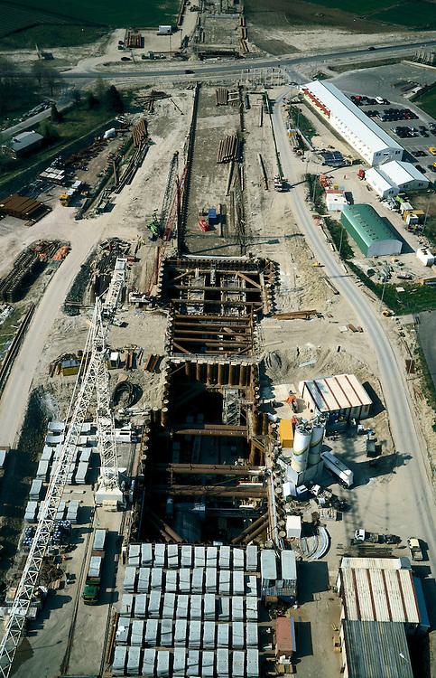 Nederland, Gelderland, Angeren, 04-04-2002; Betuweroute: aanleg tunnel onder het Pannerdensch Kanaal; de tunnel wordt geboord, rechts van de bouwkraan de startschacht, de betonnen tunnelelementen - die de wand zullen vormen (onder) worden in de schacht gehesen; naar de horizon de toerit;.boortunnel vrachtvervoer verkeer en vervoer milieu.Deel van een serie over Betuweroute / infrastructuur.<br /> luchtfoto (toeslag), aerial photo (additional fee)<br /> photo/foto Siebe Swart