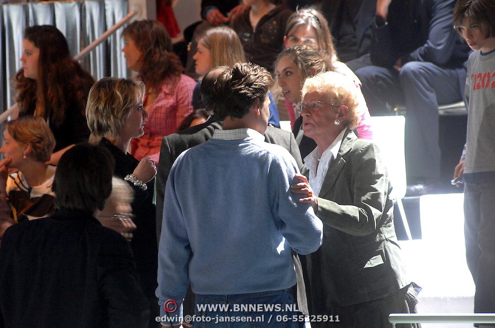 NLD/Hilversum/20070309 - 9e Live uitzending SBS Sterrendansen op het IJs 2007, moeder Gerard Joling in gesprek met Reinout Oerlemans