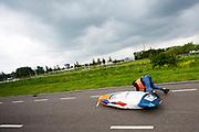 Iris Slappendel valt met de Velox. Op een weg op de campus van de TU Delft oefent het team met het rijden in een Velox. In september wil het Human Power Team Delft en Amsterdam, dat bestaat uit studenten van de TU Delft en de VU Amsterdam, tijdens de World Human Powered Speed Challenge in Nevada een poging doen het wereldrecord snelfietsen voor vrouwen te verbreken met de VeloX 7, een gestroomlijnde ligfiets. Het record is met 121,44 km/h sinds 2009 in handen van de Francaise Barbara Buatois. De Canadees Todd Reichert is de snelste man met 144,17 km/h sinds 2016.<br /> <br /> With the VeloX 7, a special recumbent bike, the Human Power Team Delft and Amsterdam, consisting of students of the TU Delft and the VU Amsterdam, also wants to set a new woman's world record cycling in September at the World Human Powered Speed Challenge in Nevada. The current speed record is 121,44 km/h, set in 2009 by Barbara Buatois. The fastest man is Todd Reichert with 144,17 km/h.