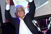 Humberto Tan is maandag door mediavakblad Broadcast Magazine uitgeroepen tot Omroepman van het Jaar 2015. De presentator van talkshow RTL Late Night kreeg de prijs in Studio 21 uitgereikt door Jan Slagter van Omroep MAX, de winnaar van vorig jaar. Het was de 25e keer dat de prijs werd uitgereikt. <br /> <br /> Op de foto:  Jan Slagter