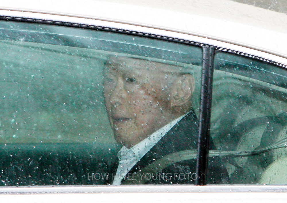 epa01359006 Singapore's Minister Mentor Lee Kuan Yew leaves the Supreme court in a vehicle in Singapore 27 May 2008. Singapore's Prime Minister Lee Hsien Loong and his father Lee Kuan Yew pressed for a second day for aggravated damages against Singapore Democratic Party (SDP) chief Chee Soon Juan, his sister and executive member Chee Siok Chin, and the party itself. The Lees won the defamation suit against the SDP and the Chees in 2006 stemming from the SDP newsletter, The New Democrat, published before the general election that year. It contained articles on a scandal at the National Kidney Foundation and drew parallels between how the charity and government were run.  EPA/HOW HWEE YOUNG
