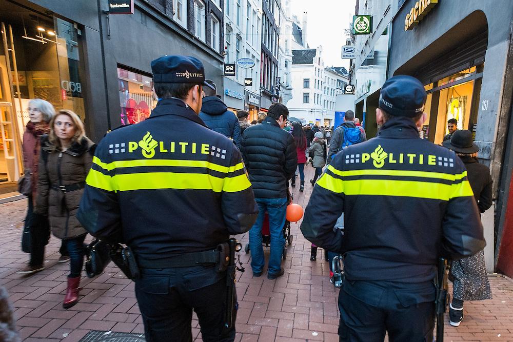 Nederland, Amsterdam, 31 jan 2015<br /> Lopende politiesurveillance in de Kalverstraat tussen het winkelend publiek.<br /> Foto: (c) Michiel Wijnbergh