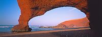 Maroc. Plage et falaise rouge de Legzira. Environs de Sidi Ifni. Cote Atlantique. 150 km sud d'Agadir. // Morocco. Beach and red cliff of Legzira. Around Sidi Ifni. Atlantic coast. 150 km south from Agadir.