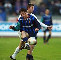 Fotball, 20. april 2002. Tippeligaen, Stabæk v Vålerenga Fotball. André Mutri, Stabæk, mot Petter Belsvik, Vålerenga Fotball.