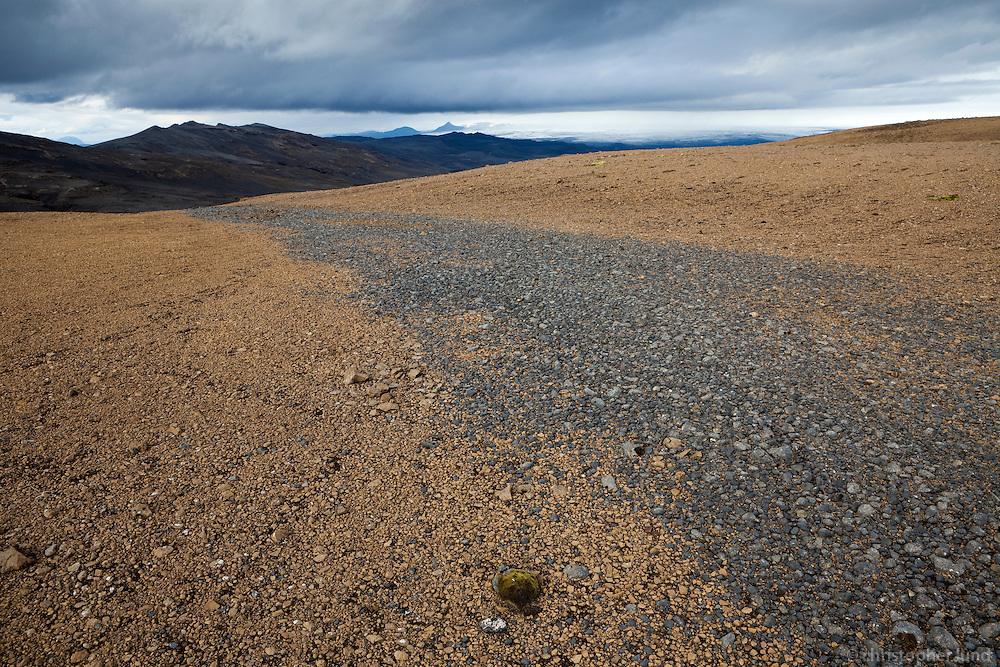 Bergið molnar niður líkt og um gangstíg sé að ræða. The rocks crumble on the mountain, it looks like a man-made trail.