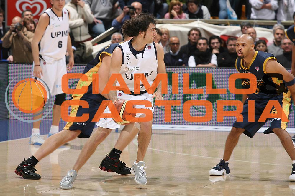 DESCRIZIONE : Bologna Lega A1 2007-08 Upim Fortitudo Bologna Premiata Montegranaro<br /> GIOCATORE : Dante Calabria <br /> SQUADRA : Upim Fortitudo Bologna<br /> EVENTO : Campionato Lega A1 2007-2008 <br /> GARA : Upim Fortitudo Bologna Premiata Montegranaro<br /> DATA : 12/01/2008<br /> CATEGORIA : Palleggio  <br /> SPORT : Pallacanestro <br /> AUTORE : Agenzia Ciamillo-Castoria/M.Marchi