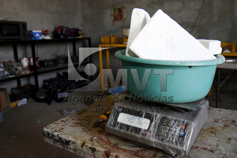 TOLUCA, México.- Policías Municipales de  Toluca aseguraron un predio en San Cristóbal Huichochitlán en donde se empacaba droga en baterías de vehículos para ser distribuida en diversas delegaciones de Toluca, en el lugar se detuvo a una persona en posesión de un arma larga, también fueron encontrados aparatos electrodomésticos presuntamente robados. Agencia MVT / Crisanta Espinosa. (DIGITAL)
