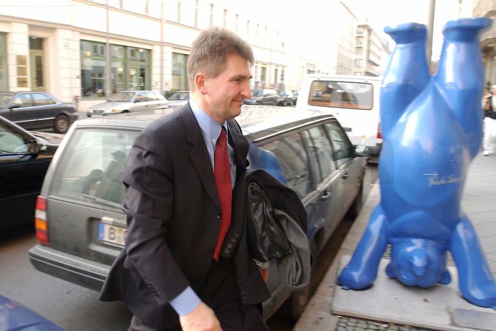 02 DEC 2002, BERLIN/GERMANY:<br /> Andreas Pinkwart, FDP Landesvorsitzender NRW, auf dem Weg zur Sitzung FDP Bundesvorstand, Thomas-Dehler-Haus<br /> IMAGE: 20021202-01-025