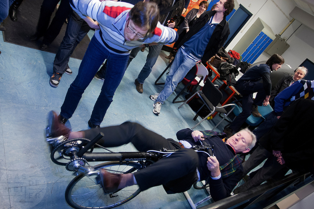 Bezoeker proberen de nieuwe aandrijving van de Velox2. In Delft presenteert het Human Power Team Delft, bestaande uit studenten van de TU Delft en de VU Amsterdam, het model van de nieuwe fiets waarmee ze het wereldrecord van 133 km/h willen verbreken. Oud-kampioen schaatsen Jan Bos is een van de renners.<br /> <br /> The Human Powered Team Delft, a team of students of the TU Delft and the VU Amsterdam, are presenting the model of their new bike. With the Velox2 they want to break the world pace record of 133 km/h per bike.