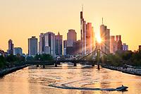 Wenn Ihr einmal in Frankfurt seid, unbedingt bei schönem Wetter zum Sonnenuntergang zur Deutschherrnbrücke und den Main und die langsam erglühende Skyline von Frankfurt genießen.