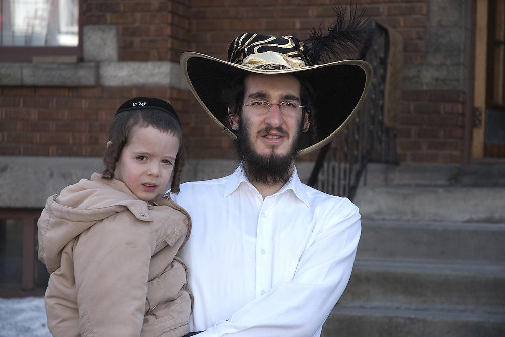 Pourim est une f&ecirc;te juive qui comm&eacute;more la d&eacute;livrance des Juifs d&rsquo;un plan d'extermination d&eacute;cr&eacute;t&eacute; par les Perses, selon le r&eacute;cit biblique du livre d'Esther. <br /> C&rsquo;est un jour que toute la famille c&eacute;l&eacute;bre, non seulement les adultes mais aussi les enfants. Apr&egrave;s les pri&egrave;res &agrave; la synagogue, les enfants passent de maison en maison pour &eacute;changer des friandises. C&rsquo;est aussi une journ&eacute;e d&rsquo;entraide, l&rsquo;occasion de faire des dons aux organismes de charit&eacute; ou aux &eacute;coles. Pour les enfants, c&rsquo;est l&rsquo;occasion de se d&eacute;guiser. La f&euml;te de Pourim est un peu l&rsquo;halloween de la communaut&eacute; juive.