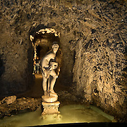 """Statua de """"La vegia Tuntona"""" (da tentona, tentatrice) nel Ninfeo della villa Litta di Lainate...Statue of """"La Vegia Tuntona"""" (from tentona, temptress) inside the Ninfeo della Villa Litta Borromeo in Lainate"""