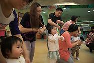 P&eacute;kin, le 16 mai 2014<br /> Ding Libo (le papa), Qi Cong (la maman)dansent avec leur fille Ding Yuhan, dans un centre de loisirs pour enfants.