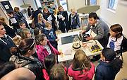 Nederland, Ubbergen, 11-2-2012Open dag middelbare school Havo Notre Dame des Anges.De open dagen van het middelbaar onderwijs zijn weer begonnen. Hier zijn leerlingen kinderen uit groep acht van de basisschool en hun ouders aan het kijken naar een proefje in een natuurkundeklas.Foto: Flip Franssen/Hollandse Hoogte