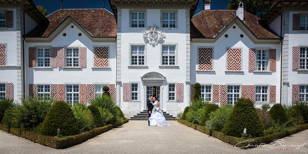 Paarfotos von Bianca und Deniz auf dem wundersch&ouml;nen Schloss Waldegg in Solothurn. 21. Juni 2014.<br /> <br /> (c) c.baeriswyl.fotografie '14
