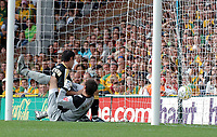 Photo: Ashley Pickering.<br /> Norwich City v Cardiff City. Coca Cola Championship. 01/09/2007.<br /> Peter Whittingham of Cardiff (L) bundles the ball past Norwich goalie David Marshall to equalise