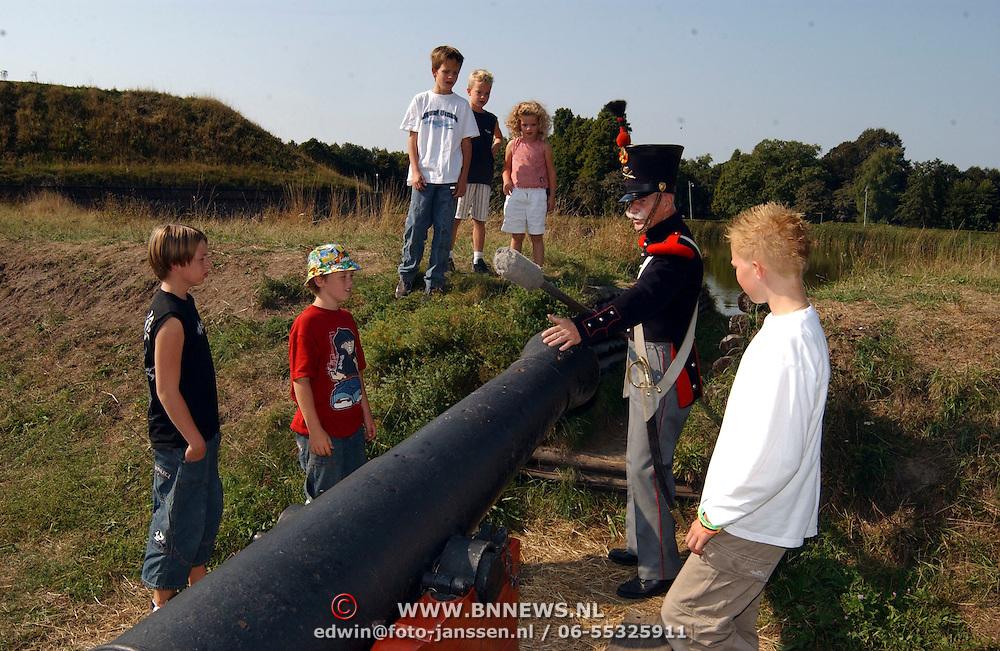 Laatste garnizoendag vestingmuseum Naarden, demonstratie kanon